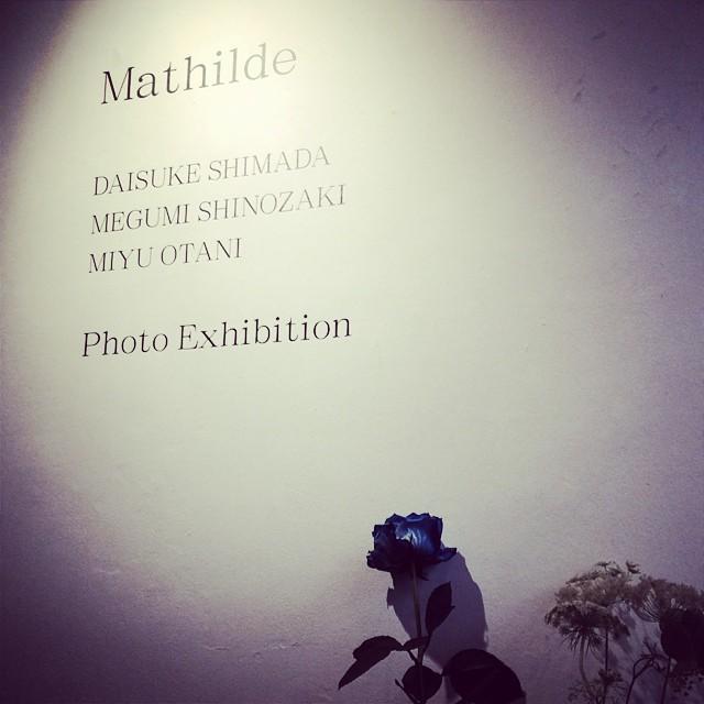 「Mathilde(マティルデ)」展 SUNDAY ISSUE 間に合った。写真と花のインスタレーション。青の世界に滑り込み。 from iPhone