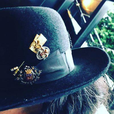 ユリの勲章ハットピン スタイリング