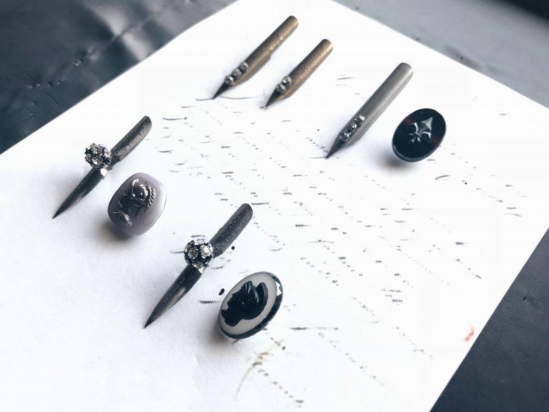 ヨーロッパのヴィンテージのペン先とヴィンテージカボションのアシンメトリーセット