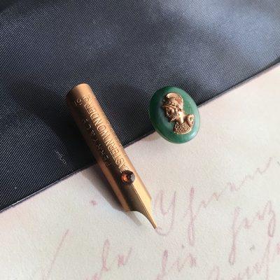 One noble novel ペン先のピンブローチ2個セット